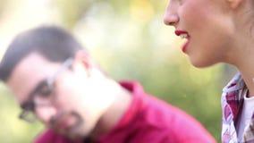 Närbild av ungt sjunga för kvinna och man som spelar gitarren lager videofilmer