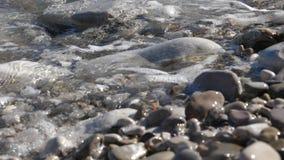 Närbild av vågor och stenar stock video