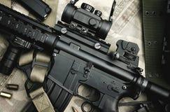 Närbild av vapen en M4A1 och militär utrustning för armé-, för anfallgevär vapen och pistol Fotografering för Bildbyråer