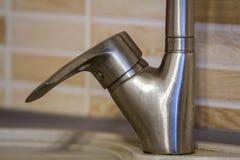 Närbild av vattenkranhandtaget i köket Arkivfoton