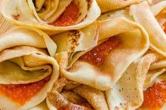 Närbild av vikta pannkakor som fylls med kaviaren Royaltyfria Foton