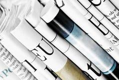 Närbild av vikta tidningar Arkivfoto