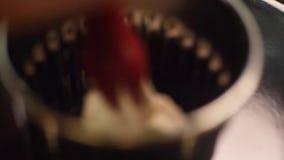 Närbild av vit söt kräm sammanpressad i en liten stålkopp på ett kök Ram Efterrättförberedelse stock video