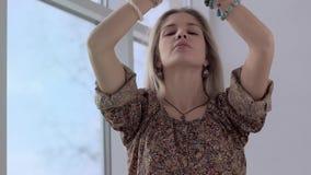Närbild av yogaflickan som tycker om yogaövning lager videofilmer