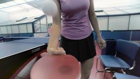 Närbild: den nätta kvinnan slår bollen på tennisracket lager videofilmer