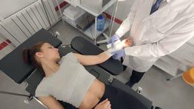 Närbild Doktorsdanandepatienten förbinder i undersökningsrum Medicinsk vårdbegrepp 4K arkivfilmer
