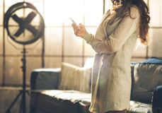 Närbild en brunettkvinna i en vindvardagsrum Royaltyfri Bild