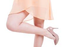 Närbild en kvinna med höga häl och ett ben upp Arkivbild