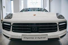 Närbild En ny bilPorsche Cayenne E-bland arkivbild