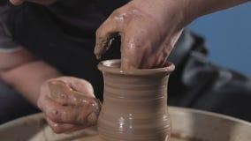 Närbild för arbete för keramiker` s Mannen räcker danandeleratillbringaren handgjort hantverk arkivfilmer
