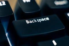 Närbild för backstegstangenttangent på det bakbelysta tangentbordet fotografering för bildbyråer