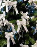 Närbild för blått för silver för stjärna för pilbåge för julgranfilial vit Royaltyfri Bild