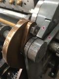 Närbild för cylinderpress av koppar- och ledningskugghjul royaltyfri bild