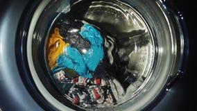 Närbild för dörr för tvagningmaskin Tvättande kläder i tvättstugan stock video