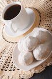 Närbild för kaffe- och mexikanbröllopkakor på en platta vertikalt Arkivfoto