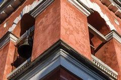 Närbild för kyrkliga Klocka torn mot en blå himmel Arkivfoton