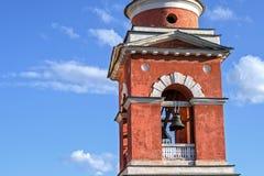 Närbild för kyrkliga Klocka torn mot en blå himmel Royaltyfri Fotografi