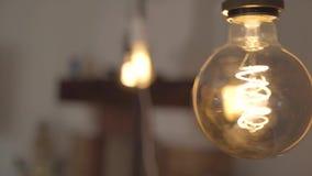 Närbild för lampa för ljus kula för volfram Begrepp av ljus, idé, elektricitet på det moderna hemmet arkivfilmer