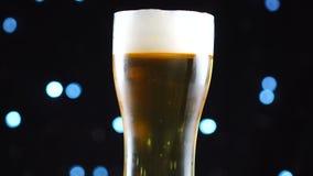 Närbild för ljust öl Halv liter av kallt ljust öl som isoleras på matte svart bakgrund, rotation arkivfilmer