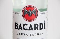 Närbild för logo av Bacardi på den Bacardi Carta Blanca Rum flaskan arkivbild