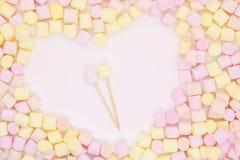 Närbild för Marmellow luftmarshmallow på en rosa bakgrund, pastellfärgade färger, ljus efterrätt, ställe för text royaltyfri bild