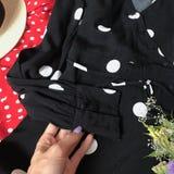 Närbild för pricksvartklänning arkivbild