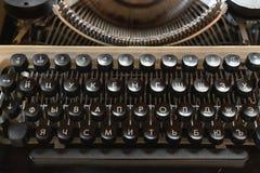 Närbild för tangentbordtappningskrivmaskin Antikviteter i retro fotografi royaltyfri bild