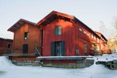 Närbild för två gammal trähus på Februari en frostig dag Gamla Porvoo, Finland Arkivfoton