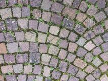 Närbild figurerade stenar på spårbakgrunden Arkivfoto