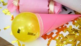 Närbild guld- paljetter från smällare, festligt glitter, garneringar arkivfilmer