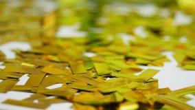 Närbild guld- paljetter från smällare, festligt glitter, garneringar stock video