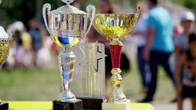 Närbild, härlig guld och silverkoppar, utmärkelser för utomhus- cykla konkurrens arkivfilmer