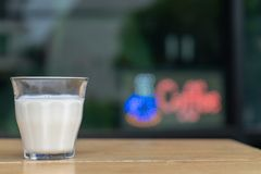 Närbild hur man gör islattekaffe royaltyfria bilder