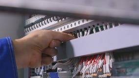 Närbild Iscensätta installation av den industriella electircal skölden med skruvvapnet arkivfilmer