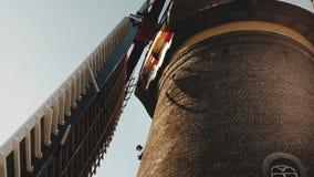 närbild 4K av den traditionella gamla lantliga väderkvarnen Nederländerna Holländskt historiskt arv Turismarkitekturgränsmärke arkivfilmer