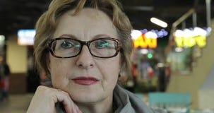 närbild 4K Stående av den lyckliga äldre kvinnan stock video