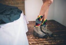 Närbild kvinnligben Den unga kvinnan klär upp skor arkivfoto