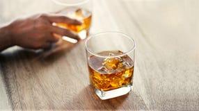 Närbild Män och exponeringsglas av whiskydrinkalkoholdrycken royaltyfri bild