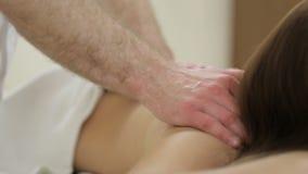 Närbild Mäns händer som gör massageflickabaksida lager videofilmer
