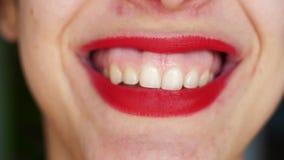 Närbild Mananingar är fräck mot av att skratta flickan med röd läppstift stock video