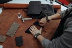 Närbild Manligt handförlagesnitt med en kniv som flår produkter affär isolerad liten white 3d Arkivbilder