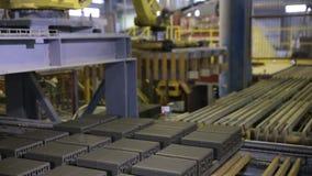 Närbild Monterande produkter för Robotic arm på en modern växt Industriell robot stock video