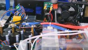 Närbild Montering av det elektriska ledningsnätet av den elektriska utrustningen 4K stock video