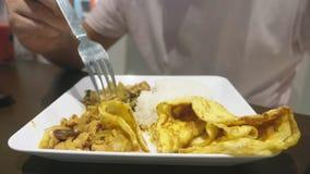 Närbild någon äter en maträtt av asiatisk kokkonst i en restaurang lager videofilmer