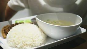 Närbild någon äter en maträtt av asiatisk kokkonst i en restaurang arkivfilmer