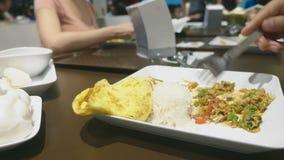 Närbild någon äter en maträtt av asiatisk kokkonst i en restaurang stock video
