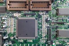 Närbild på en CPU-mikrochips på en intrig arkivbild