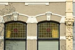 Närbild på en historisk fasad med carvings som lokaliseras längs den Oude delftfajanskanalen, delftfajans arkivfoton