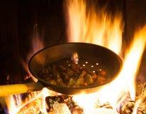 Närbild på en varm brand med att laga mat för kastanjer Fotografering för Bildbyråer