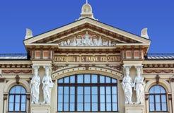 Närbild på fasaden av Ateneum Art Museum i Helsingfors Arkivbild